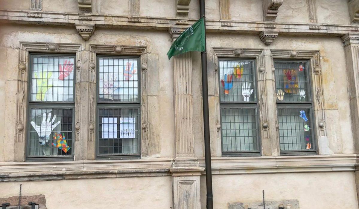 """Handzeichen für den Klimaschutz: Kunstausstellung in der Tourismusinformation am Hermannsdenkmal und  im Innenhof des """"Schloss Brake""""."""